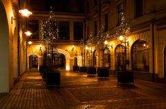 Yarda interna de la ciudad de la noche fotografía de archivo libre de regalías
