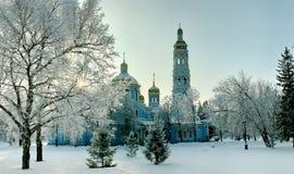 Yarda Nevado de la iglesia ortodoxa en la puesta del sol Imágenes de archivo libres de regalías