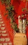 Yarda privada de la casa. Isla de Santorini, Grecia Fotografía de archivo libre de regalías