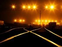 Yarda que forma del ferrocarril en noche Imagenes de archivo