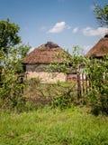 Yarda rural con el cortijo viejo con el tejado cubierto con paja Foto de archivo
