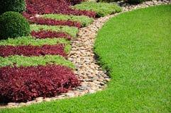 Yarda y jardín ajardinados. Una yarda y un jardín ajardinados hermosos fotos de archivo libres de regalías