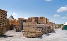Yarda y paletas de madera de construcción Imagenes de archivo