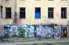 Yardas de St Petersburg viejo Pintada en la pared del edificio abandonado en el carril de Bolshoy Kazachiy en el centro histórico Imagenes de archivo