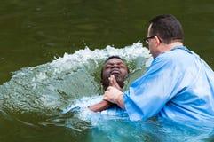 Yardenit, Israël - 29 Decembre 2012: een mens wordt in Jordan River wordt gedoopt dat De man hoofdplonsen in het water stock foto's
