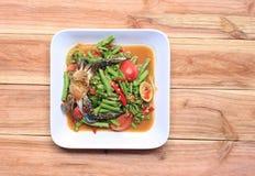yardlongbönasallad med krabban av thai foods i den vita maträtten uppvaktar på Royaltyfria Bilder