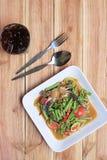 yardlongbönasallad med krabban av thai foods i den vita maträtten uppvaktar på Arkivbilder