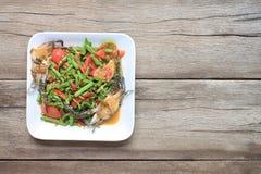 yardlongbönasallad med krabban av thai foods i den vita maträtten uppvaktar på Royaltyfri Foto