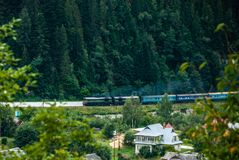 Yaremche, Ουκρανία - 17 Αυγούστου 2017: Τραίνο ενάντια στο δάσος Στοκ Εικόνες