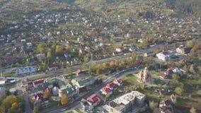 Yaremche - Украина, 14-ое октября 2017: Вид с воздуха к городу Yaremche осени прикарпатскому на солнечном дне видеоматериал