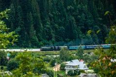 Yaremche, Ukraine - 17 août 2017 : Train contre la forêt Images stock