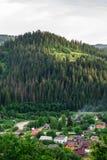 Yaremche, Ukraine - 17. August 2017: Ansicht vom Berg zur Stadt lizenzfreie stockbilder