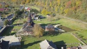 Yaremche - Ukraine, am 14. Oktober 2017: Fliegen über Karpatenstadt Yaremche und orthodoxe hölzerne Kirche stock video