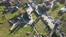 Yaremche - Ukraine, am 14. Oktober 2017: Fliegen über Karpatenstadt Yaremche und orthodoxe hölzerne Kirche stock footage