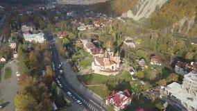 Yaremche - Ukraine, am 14. Oktober 2017: Fliegen über Karpatenstadt Yaremche und orthodoxe hölzerne Kirche stock video footage
