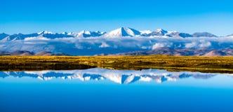 Yarlung河和Mt.喜马拉雅山inr中坝 图库摄影