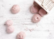 Yarn шарики и корзина на белой деревянной предпосылке Стоковые Изображения RF