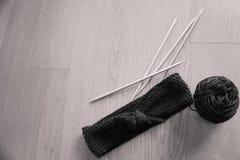 yarn для вязать и вяжите крючком на коричневой деревянной предпосылке Стоковая Фотография