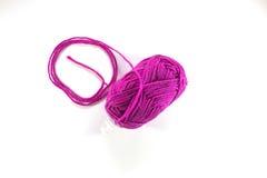 yarn a bola com a linha de lã no fundo branco Foto de Stock
