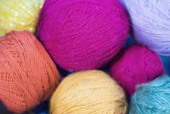 Yarn para a confecção de malhas, o fio, o dia do ` s da avó, o cartão e o fundo imagens de stock royalty free
