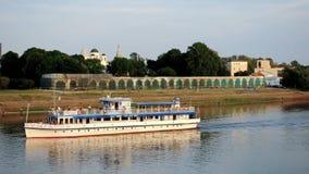 Yaroslav Courtyard en zeilboot die de Volkhov-rivier drijven bij de zomerzonsondergang stock videobeelden