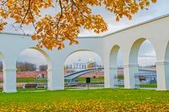 Yaroslav Courtyard galleri och Veliky Novgorod kremlin i höstdag arkivfoto