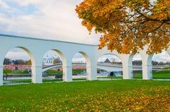 Yaroslav Podwórzowa arkada Novgorod Kremlin w chmurnym jesień dniu i Veliky zdjęcia royalty free