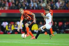 Yaroslav Rakitskiy läuft weg mit einem Ball von überhaupt Banega lizenzfreie stockfotos