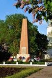 给Yaroslav ` s庭院塔和纪念碑装门给巨大爱国战争的英雄在春天日落在Veliky诺夫哥罗德,俄罗斯 免版税库存图片