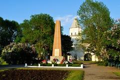 给Yaroslav ` s庭院塔和纪念碑装门给巨大爱国战争的英雄在春天日落在Veliky诺夫哥罗德,俄罗斯 库存照片