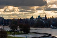 yaroslavl Εικόνα της αρχαίας ρωσικής πόλης, άποψη από την κορυφή Όμορφα σπίτι και παρεκκλησι Στοκ Εικόνα