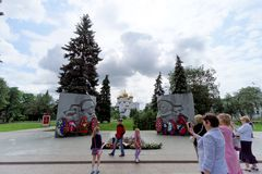 yaroslavl России - 3-ье июня 2016 Вечный памятник пламени был раскрыт в честь славы войск и работы resi города стоковые фотографии rf