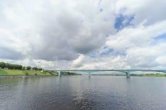 Yaroslavl, Rússia - 3 de junho 2016 Ponte do automóvel sobre o Rio Volga Fotos de Stock