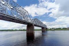 Yaroslavl, Rússia - 3 de junho 2016 Ponte Railway sobre o Rio Volga Fotografia de Stock
