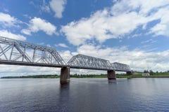 Yaroslavl, Rússia - 3 de junho 2016 Ponte Railway sobre o Rio Volga Imagens de Stock Royalty Free