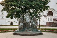 Yaroslavl, Rusia - circa agosto de 2018: Monumento a la trinidad santa antes de la catedral de la suposición en Yaroslavl imagen de archivo libre de regalías