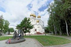 Yaroslavl, Rusia - 3 de junio 2016 Composición escultural de la trinidad en la catedral de la suposición del fondo fotos de archivo