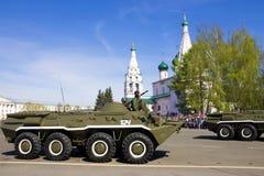 YAROSLAVL, RUSIA 9 DE MAYO desfile militar en honor de la victoria Imágenes de archivo libres de regalías