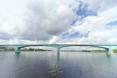 Yaroslavl, Russia - 3 giugno 2016 Ponte dell'automobile sopra il fiume Volga Immagine Stock Libera da Diritti