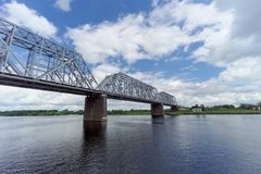 Yaroslavl, Russia - 3 giugno 2016 Ponte ferroviario sopra il fiume Volga Immagini Stock Libere da Diritti