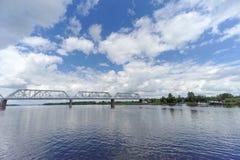 Yaroslavl, Russia - 3 giugno 2016 Ponte ferroviario sopra il fiume Volga Immagine Stock Libera da Diritti