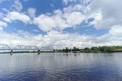 Yaroslavl, Russia - 3 giugno 2016 Ponte ferroviario sopra il fiume Volga Fotografia Stock Libera da Diritti
