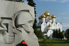 yaroslavl Sikt av den Dormition domkyrkan från den minnes- eviga flamman Royaltyfri Foto