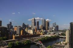 yarra взгляда горизонта реки melbourne разбивочного города Австралии финансовохозяйственное Стоковое фото RF