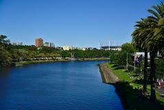 Yarra flod med delen av MCG-stadion på bakgrund arkivfoton