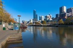 Yarra flod och Melbourne cityscape på solig dag Royaltyfria Bilder