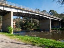 Yarra Rzeczny spływanie przez zewnętrznego przedmieścia Warrandyte w Australia obrazy stock