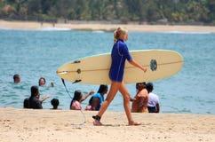 YARUGAM-BUCHT, AM 12. AUGUST: Junges Mädchen geht zu surfen Stockfoto