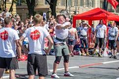 Yarychstraat Fest 2015 De scheidsrechter van de Mensenvasyl Virastuk van de Wereld Sterkste strongmen competities Royalty-vrije Stock Foto's