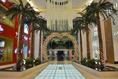 Yas购物中心入口,花爱曲拱,垂悬的花,室内棕榈荡桨 免版税库存图片